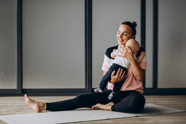 Мать с маленьким мальчиком практиковать йогу