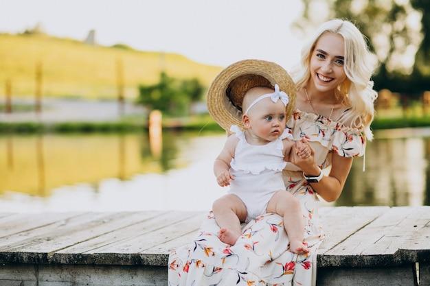 호수에 의해 작은 아기 딸과 어머니