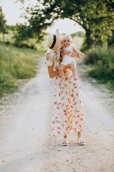 Мать с маленькой дочкой в парке
