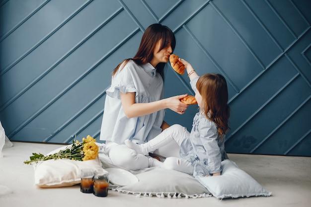집에서 작은 아이와 어머니