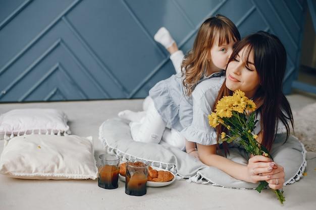 自宅で小さな子供を持つ母 無料写真