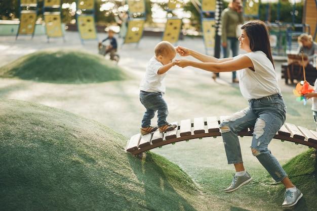 Madre con bambino piccolo in un parco giochi