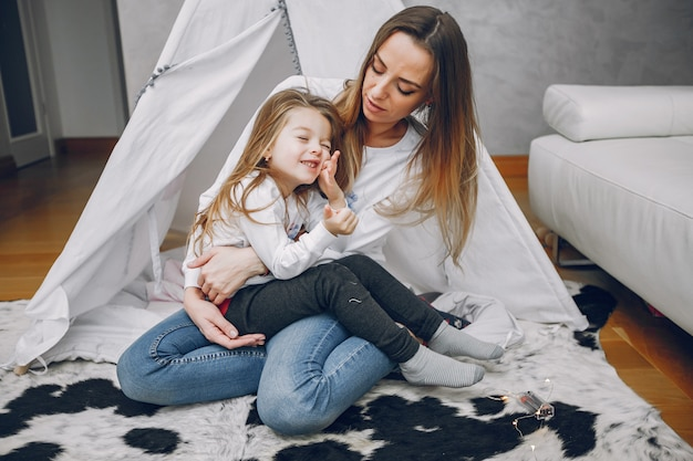 Мать с маленькой дочерью дома
