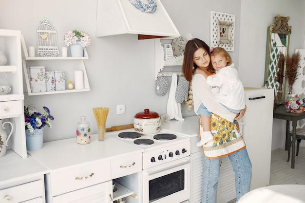 自宅で料理の小さな娘を持つ母