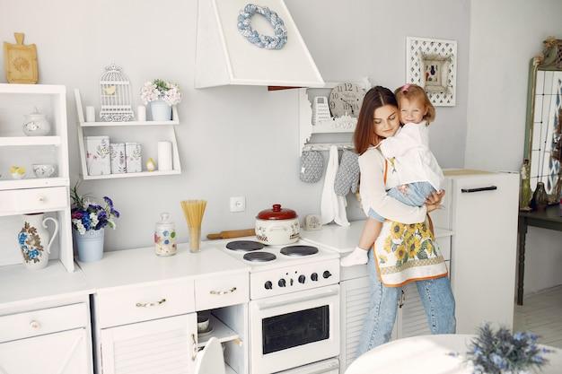 집에서 요리하는 작은 딸과 어머니