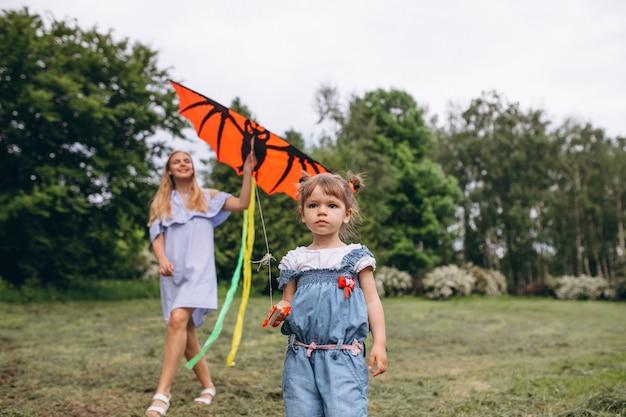 공원에서 작은 딸과 어머니