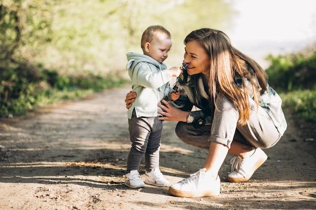 숲에서 작은 딸과 어머니