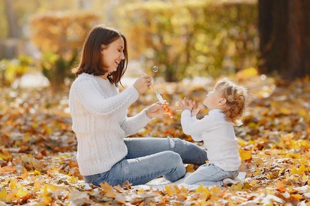 Мать с маленькой дочкой, играя с пузырьками