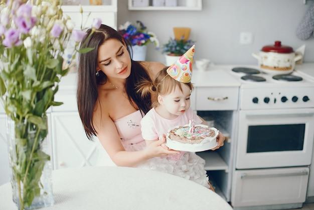 Madre con figlia piccola in una stanza Foto Gratuite