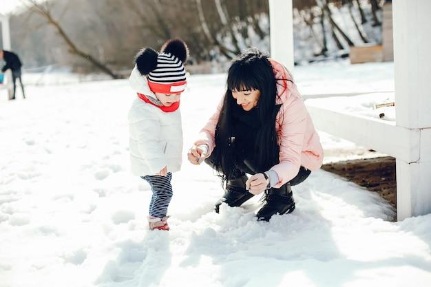 Мать с маленькой дочкой