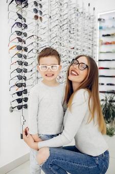 Мама с маленьким сыном в магазине очков