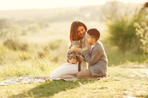 夏の畑で遊ぶ幼い息子を持つ母