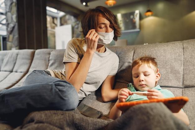 격리에 집에 앉아 작은 아들과 어머니