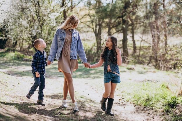 公園で一緒に息子と娘を持つ母