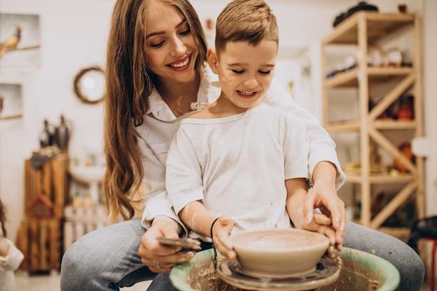陶芸教室で息子と母