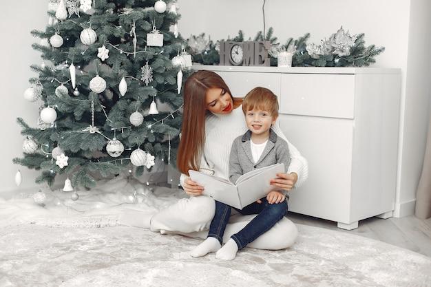 Madre con figlio in decorazioni natalizie