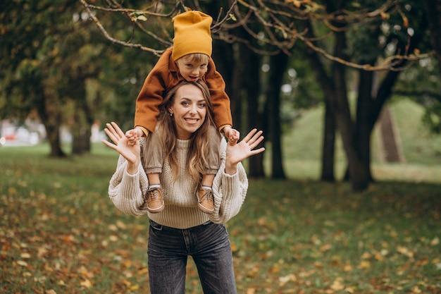Madre con figlio divertendosi nel parco
