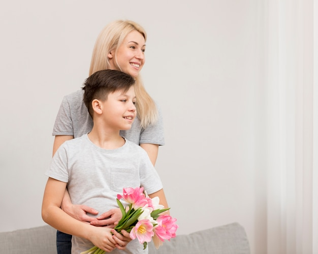 Мать с сыном обнимаются