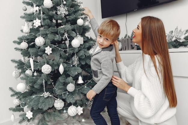 Мать с сыном в рождественских украшениях Бесплатные Фотографии