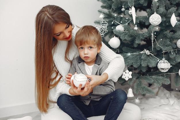 Мать с сыном в рождественских украшениях
