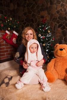 토끼 의상에서 아들과 어머니입니다. 새해 휴일 장식