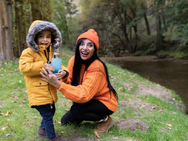 秋の森で息子と母