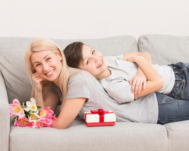 Мать с сыном на диване
