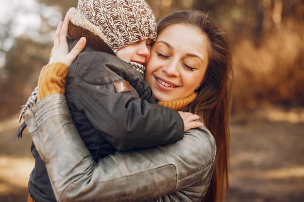 夏の公園で遊ぶ息子を持つ母 無料写真