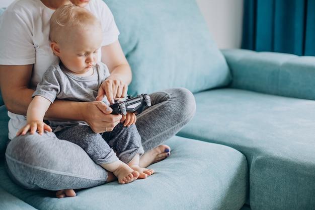 一緒にビデオゲームをしている息子と母