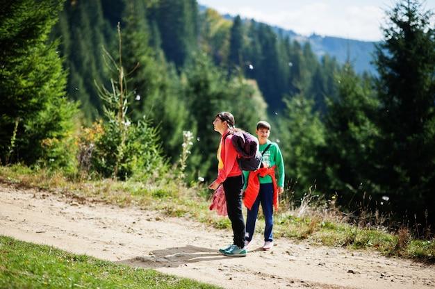 息子を持つ母は自然に旅行します。山でリラックス。自由を感じてください。