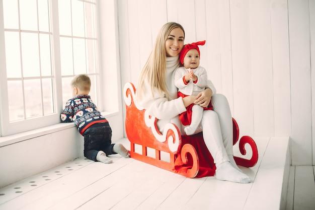 Мать с двумя детьми сидит в санях