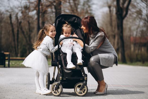 Madre con due figlie