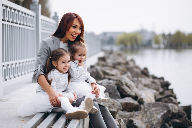 Мать с двумя дочерьми