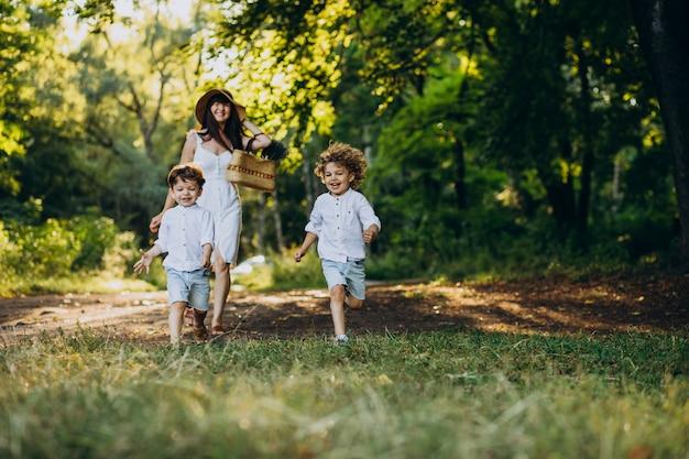 재미 공원에서 두 아들과 어머니