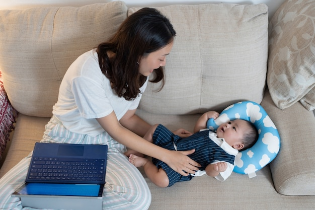 自宅と息子と一緒に働く母