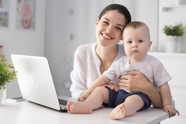 彼女の赤ん坊の息子の隣で働く母