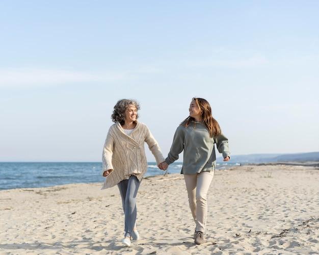 Madre e figlia trascorrono del tempo insieme in spiaggia beach