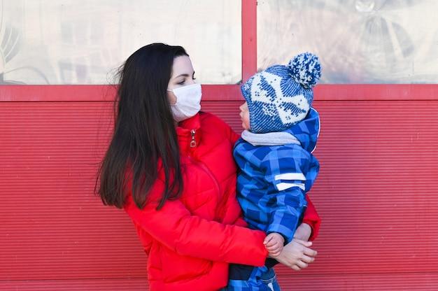 Материнство в эпидемию. мама в защитной маске дурачится, эпидемическая ситуация.