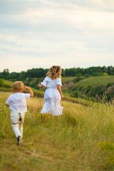 Материнство. мать и ребенок вместе, держась за руки.