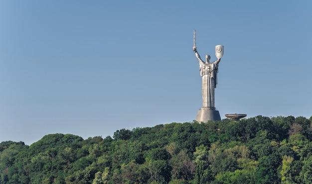 晴れた夏の朝、ウクライナ、キエフのペチェルスク丘陵にある祖国記念碑記念碑