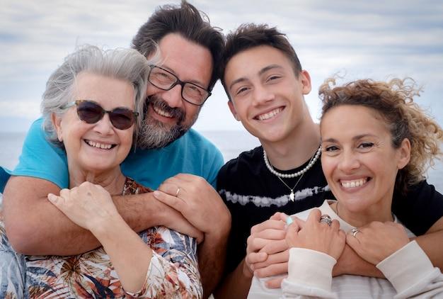 어머니와 아들, 다세대 가족이 서로를 껴안은 미소. 사랑과 행복의 개념