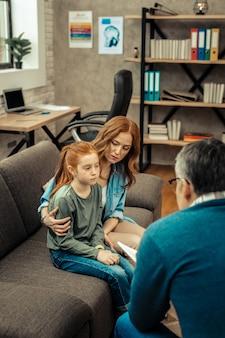 어머니는 걱정합니다. 그녀에 대해 걱정하면서 그녀의 딸과 함께 앉아 즐거운 좋은 여자