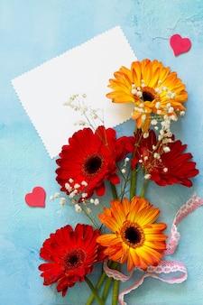 어머니의 날 배경 또는 인사말 카드 거베라의 꽃과 함께 종이의 축 하 시트