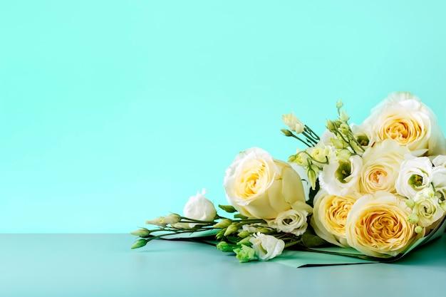 День матери карты с белыми розами на фоне цвета мяты с копией пространства. букет красивых роз.