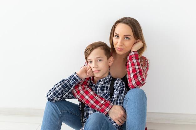 어머니의 날, 어린이, 가족 개념-집에서 그의 젊은 어머니와 함께 귀여운 십 대 소년