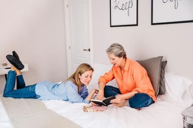 Concetto di giorno di madri in camera da letto con il libro