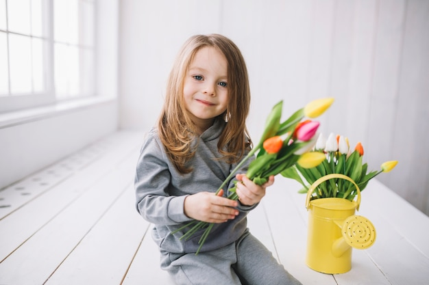 행복 한 딸과 꽃으로 어머니의 날 개념