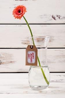 어머니의 날 라벨과 유리 꽃병에 든 거베라 꽃은 엄마 휴가 축하에 특별한 관심을 기울입니다...