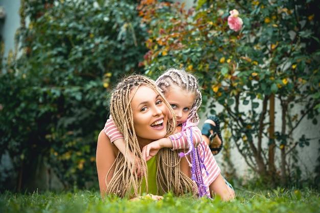 幸せな母の母と娘を抱き締める母の日幼い娘が一緒に時間を過ごす