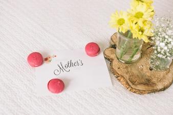 Матери надпись с цветами и миндальное печенье